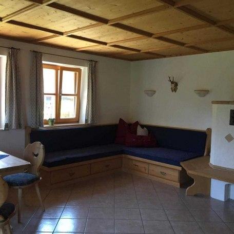 Wohnzimmer mit Kachelofen, © im-web.de/ Alpenregion Tegernsee Schliersee Kommunalunternehmen